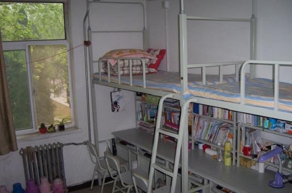 北京第二外國語學院大一可以帶筆記本,兩個網絡接口,如果四個人同時用,得買交換器,挺方便的,網速實在不敢恭維,但早上早起上網速度還是可以的。   安大暑期宿舍開放,自習室開放,每年離大三的比較近的教學樓作為自習室,圖書館的自習室是一直開放的,不過是普通自習室,沒有空調,只有電扇,寢室限電的度數,電吹風只能用小檔,貌似是500W了。一個樓層有一臺洗衣機,可以買洗衣卡,冬天限電11:30熄燈。食堂和水房、浴室是開放離大一比較近的那邊   以上《北京第二外國語學院宿舍條件怎么樣》來源于北京第二外國語學院校友