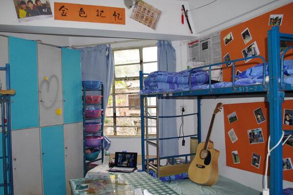 大学男生宿舍布置图片