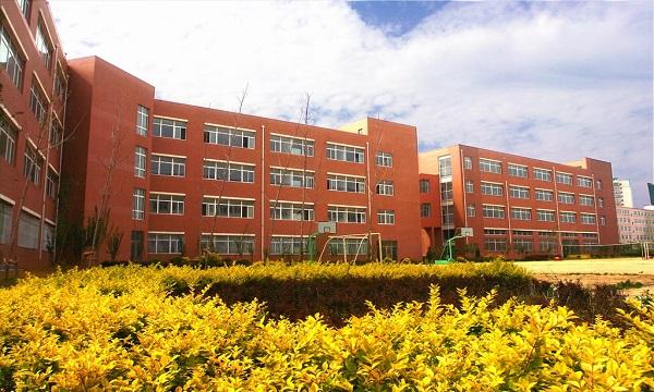 锦州医科大学医疗学院地处渤海之滨,坐落于风景秀丽的辽宁西部历史文化名城锦州,是由锦州医科大学举办的、具有独立法人资格的本科层次全日制普通高等学校。校园占地16万平方米,建筑面积6.5万平方米。学院面向全国21个省(区、市)招生,现有全日制在校本科生6200余人。
